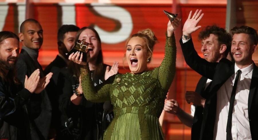 Adele modtager en Grammy for Record Of The Year ved prisfesten søndag aften.
