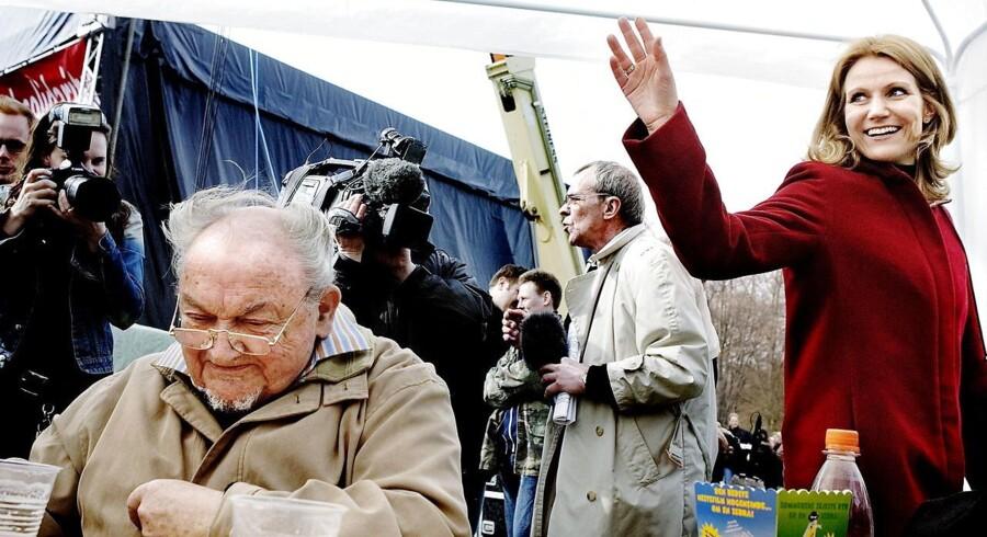 Socialdemokraternes daværende partiformand, Helle Thorning-Schmidt, hilser på forhenværende statsminister Anker Jørgensen i Fælledparken mandag den 1. maj 2006. (Foto: Claus Bjørn Larsen/Scanpix 2015)