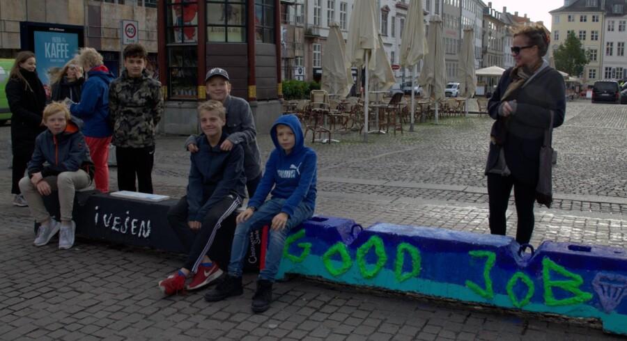 Børn fra Christianshavn skole med nogle af de dekorerede betonklodser ved Gammel Torv i København. Foto: Eva Ring/Billedskolen.