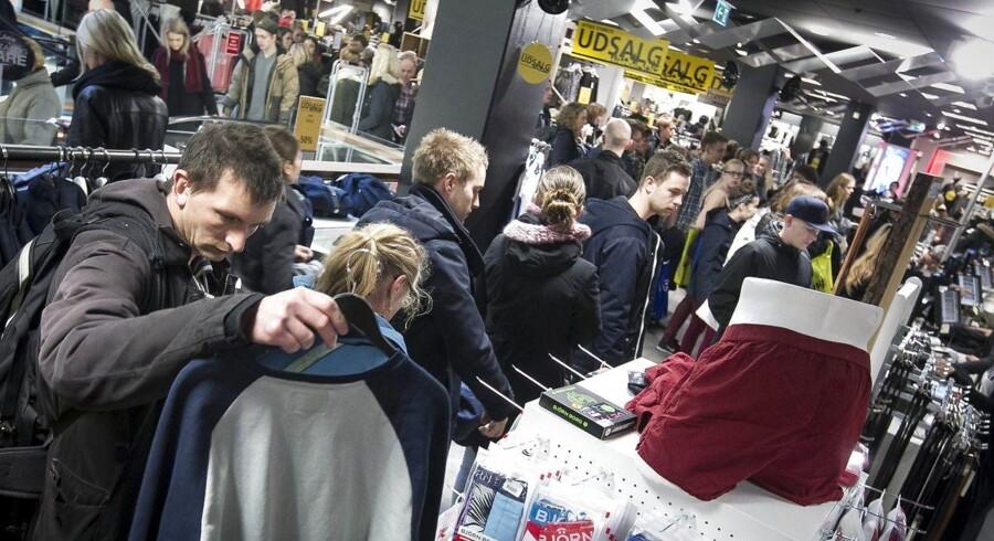 Hvis man er en af dem, der af den ene eller den anden årsag ønsker at bytte sin gave, skal man være opmærksom på, at der gælder forskellige regler, alt efter om gaven er købt i en butik eller over nettet, forklarer chefkonsulent i Dansk Erhverv Bo Dalsgaard.