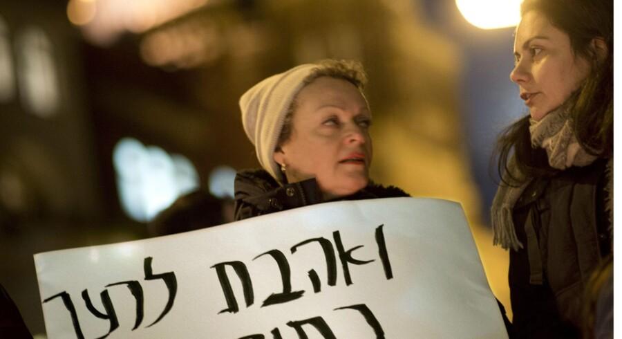 Også blandt jøder er har formanden for det jødiske centralråds udtalelser skabt voldsom debat. Her ved en demonstration i Berlin. »Flygtninge er velkomne«, står der på hebræisk. Foto: Stefan Boness