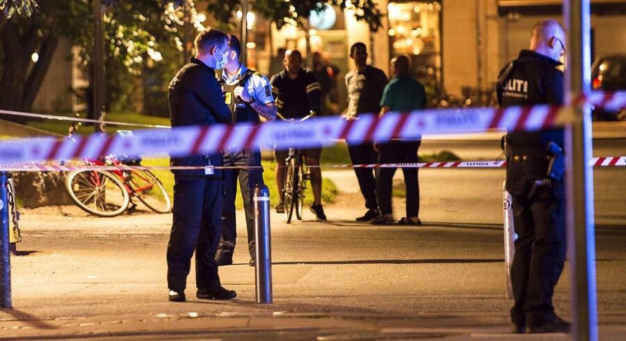 Tre gange blev der torsdag skudt i København. Her er politiet på stedet kort efter skudepisode i Stengade ved Folkets Park.