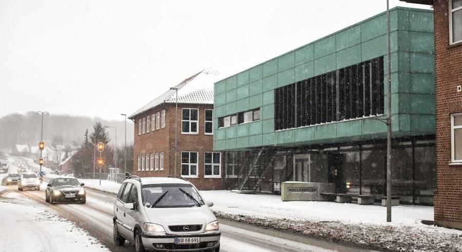 Mandag blev en 16-årig dreng, som er elev på Mølleskolen i Ry, udsat for et voldsomt overfald nær den lokale sportshal. Her kastede fire jævnaldrende skolekammerater ifølge sigtelsen en brændende flaske benzin på ham.