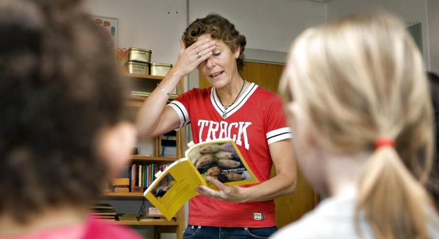 Lotte Salling, medforfatter på »Lyt til løven«, laver sproglege med børn i Skovgaardsparken børnehave i Brabrand.