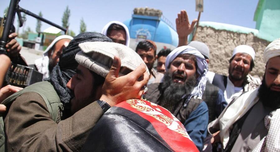 Fotos af talibanske militsstyrker, der hilser på civile afghanere i anledning af en tredages våbenhvile.