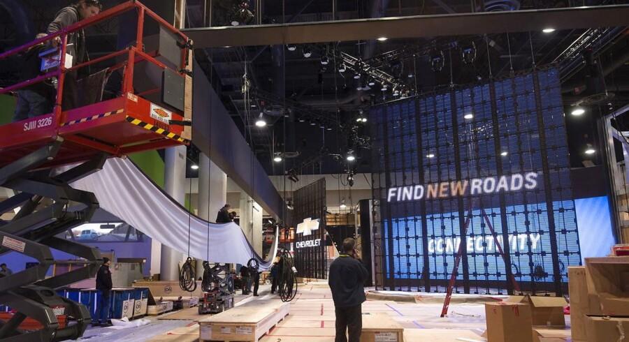 Der arbejdes på fuldt tryk for at få 30 fodboldbaner med stande klar til åbningen af verdens største forbrugerelektronikmesse onsdag. Det store fokus bliver at få gjort de mange dimser og dingenoter mere brugervenlige og nyttige. Foto: Steve Marcus, Reuters/Scanpix
