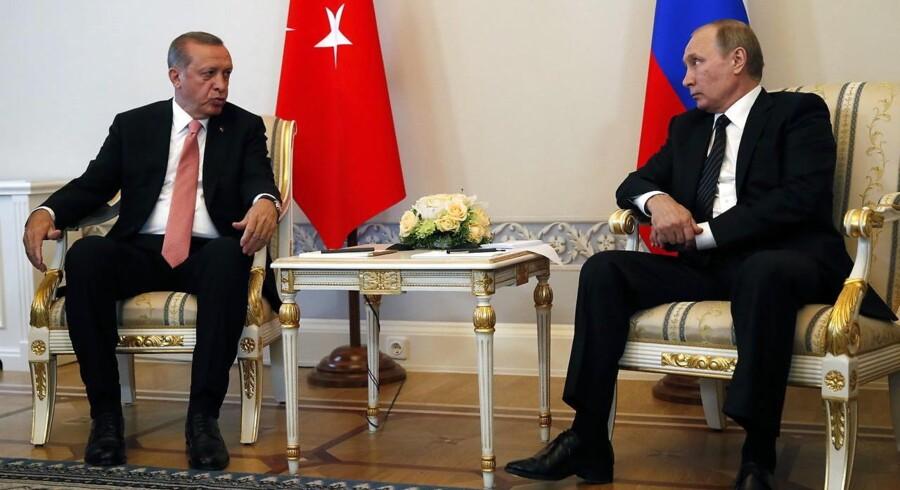 Tyrkiets præsident Recep Tayyip Erdogan og Ruslands præsident Vladimir Putin (th.)