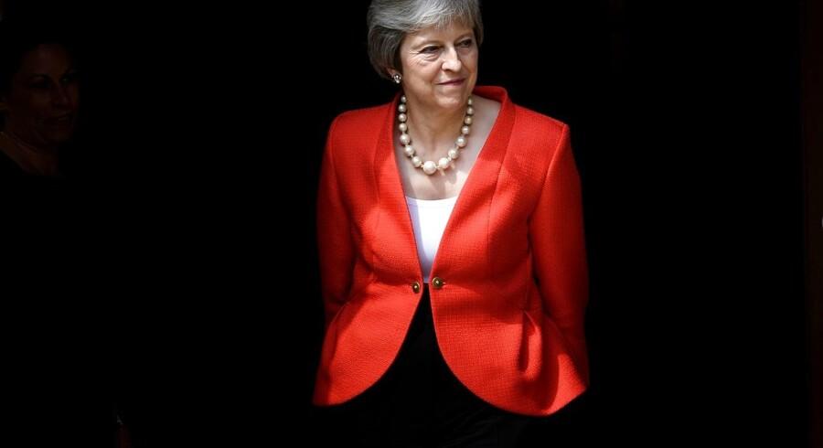 Theresa May, Englands premierminister, kritiseres nu af egne partimedlemmer for sin Brexit-taktik.