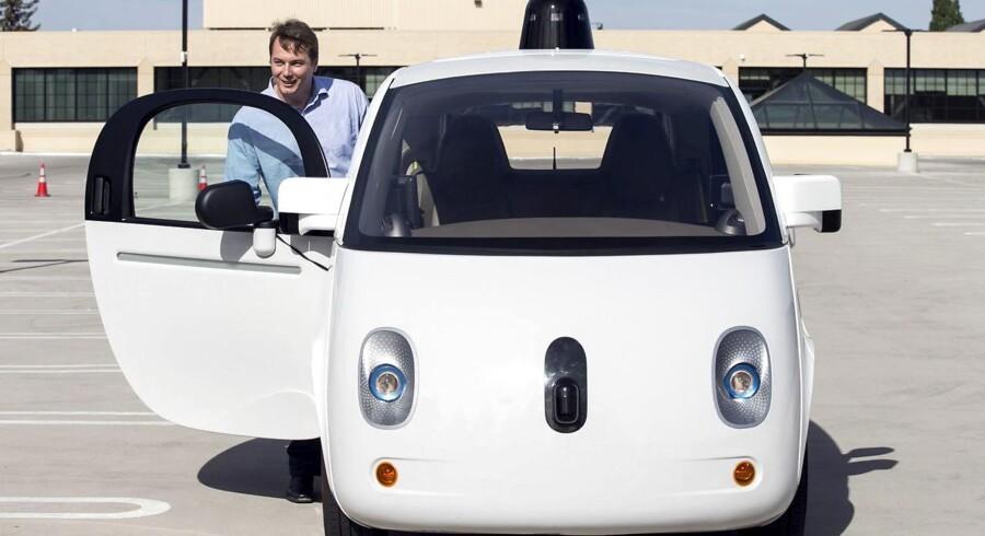 Den ser lille og uskadelig ud, men frygten er, at Googles førerløse bil kan udgøre en fare for trafiksikkerheden. Et uheld i midten af februar har blot bestyrket den mistanke.