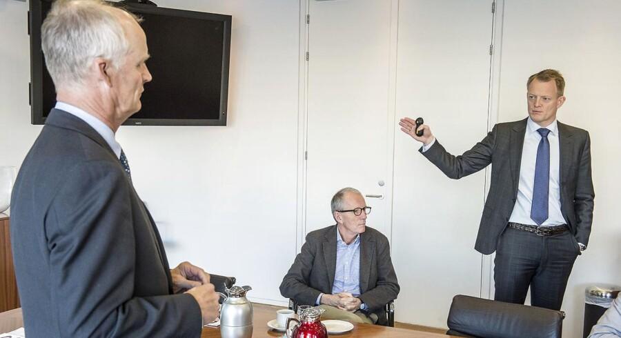 Lundbecks forskningsdirektør Anders Gersel Pedersen og finansdirektør Anders Götzsche (begge til højre i billedet) har kort før weekenden solgt store aktieposter i Lundbeck.