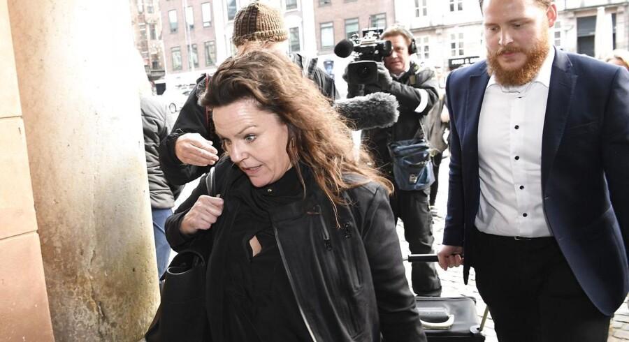 Forsvarsadvokat Betina Hald Engmark ankommer til byretten. Foto: Johan Nilsson / TT