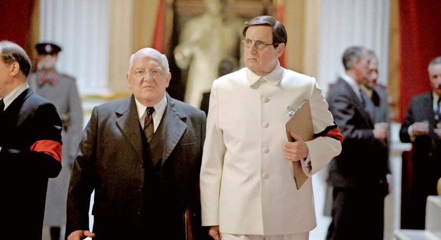 Jeffrey Tambor og Simon Russell Beale som Georgij Malenkov og Lavrintij Beria i den ætsende politiske satire »Stalins død«. PR-foto Camera Film.