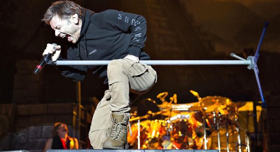 Den 58-årige pilot og erhvervsmand Bruce Dickinson giver den gas som Iron Maidens forsanger under koncert i Boxen i Herning. Koncerten var en del af The Book of Souls World Tour 2016. Foto: Henning Bagger / Scanpix2016