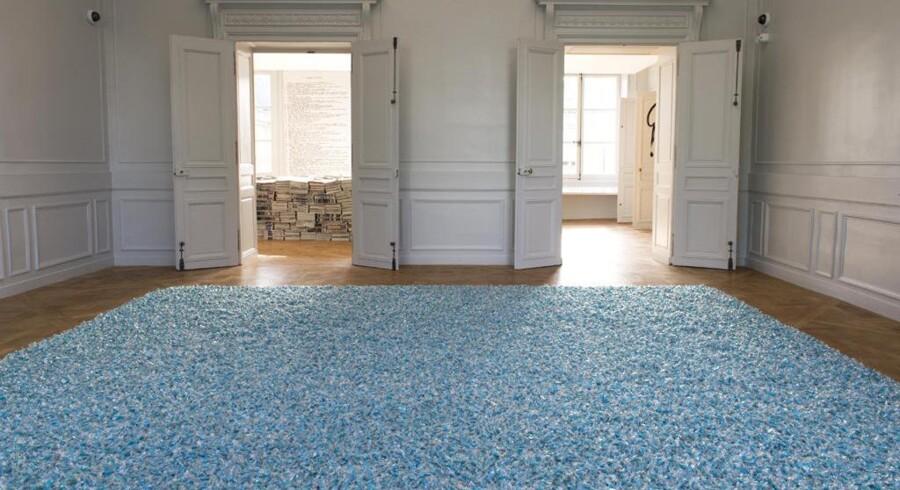 Publikum på udstillingen »Take Me (I'm Yours)« kan både i overført og helt konkret betydning få noget med hjem fra Charlottenborg: »Tæppet« i forgrunden består i virkeligheden af bolsjer i massevis: Skulpturen er udtænkt af den cubansk-amerikanske billedkunstner Félix González-Torres, og de besøgende må gerne tage for sig. PR-foto