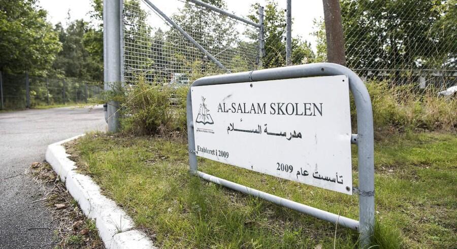 Den tosprogede friskole Al-Salam Skolen i Odense lukker. Lærerne er tirsdag blevet fyret og fritstillet.