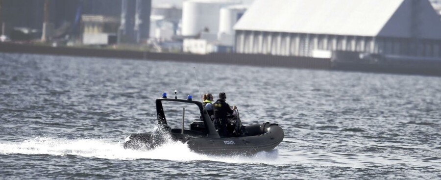Verdens største privatbyggede ubåd 'Nautilus' med to personer, u-bådens ejer Peter Madsen samt en journalist ombord, er fredag d. 11. august 2017 meldt savnet, efter den ikke er vendt tilbage til sin kajplads. Politiet er her på vej til Middelgrundsfortet for at lede efter ubåden. Ejeren af ubåden, Peter Madsen er siden blevet sigtet for drab (Foto: Liselotte Sabroe/Scanpix 2017)