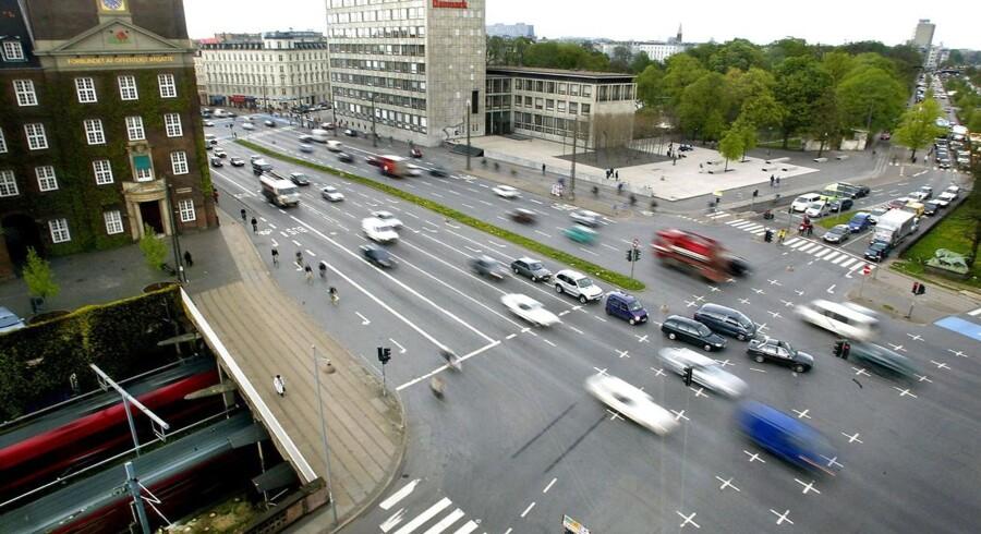 Hovedstadens trafik. Biler kører på H C Andersens Boulevard. Trafikken snegler sig gennem de mest trafikerede strækninger i landets fem største byer i myldretiden.