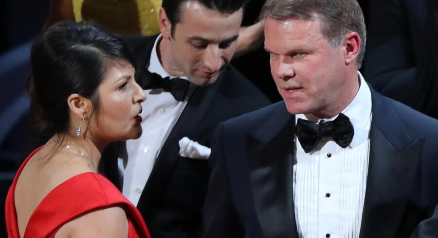 Revisionsfirmaet PwC har i mange år stået for at holde styr på uddelingen af oscarpriser. I år var det Martha Ruiz (tv.) og Brian Cullinan (th.). Det var sidstnævnte, der begik en kæmpe fejl, da prisen for bedste film skulle uddeles. Reuters/Lucy Nicholson