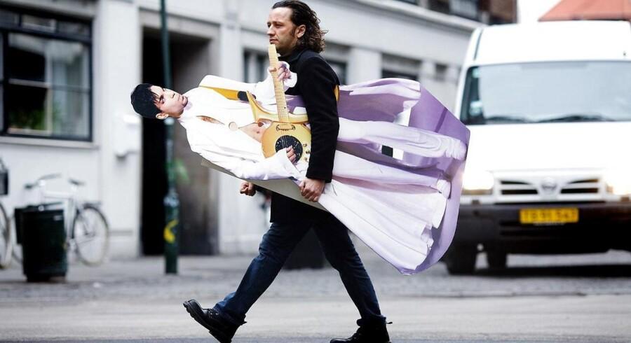 I 2006 blev journalist Søren Anker Madsen fotograferet med sin papfigur af den amerikanske sanger Prince i forbindelse med sin klumme »Prinsen og jeg«.