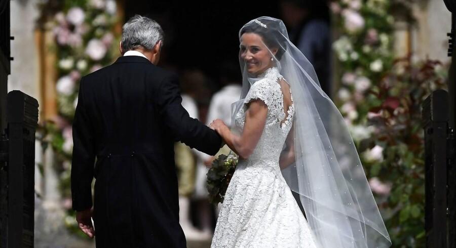 Pippa Middleton og hendes far Michael Middleton ankommer til hendes bryllup til den tidligere racerkører og finansmand James Matthews ved St Mark's Church i Eaglefield, vest for London. Pippa Middleton, der er Kate Middletons søster, var i medievælten, da hun, i rollen som sin søsters brudepige, var iklædt en meget tætsiddende kjole. Nu er hun selv bruden.