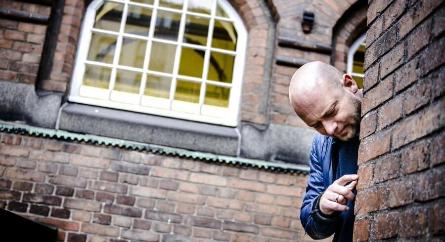 Journalist Anders Hjort lider af OCD og har skrevet romanen »Han løber på tagene om natten« om sit liv med sygdommen.