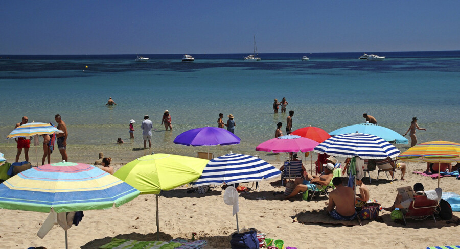 Der er ikke langt mellem parasollerne på de spanske strande, for der er fuld fart på turismen i det solrige land. Foto: Flickr