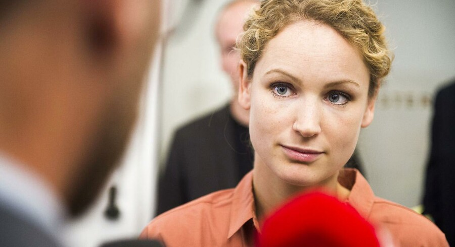 Enhedslistens Pernille Skipper går fra sættemøde i Finansministeriet.