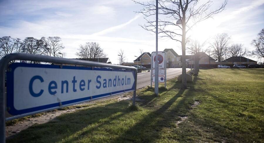 En 47-årig mand blev sidste år fundet død på sit værelse i Center Sandholm. Nu er en 35-årig mand blevet tiltalt for at stå bag drabet.