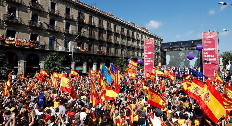 Titusindvis er på gaden i Barcelona, hvor de demonstrerer imod løsrivelse. Vi er det tavse flertal, siger de. REUTERS/Gonzalo Fuentes