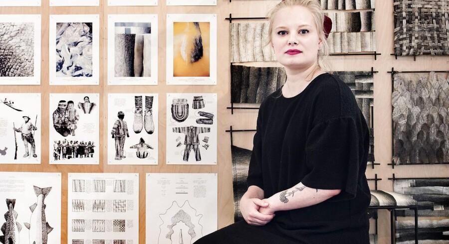 Nyuddannede Helene Christine Pedersen viser på udstillingen, hvordan hun har arbejdet med fiskeskind som et billigere og mere miljøvenligt alternativ til brugen af f.eks. koskind i bl.a. møbelindustrien.