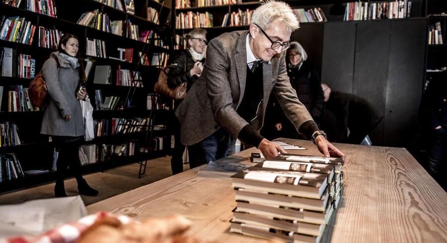 """Danskerne vil gerne læse. De skal bare holdes lidt i hånden. Det viser Danmark Læser. Her er det Steffen Boesen fra Gyldendal med bogen """"under bjælken - Et portræt af Kronprins Frederik, """" som er skrevet af forfatter Jens Andersen."""