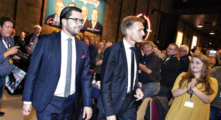 Formanden for Sverigedemokraterna, Jimmie Åkesson, gæstede i weekenden Dansk Folkepartis årsmøde i Herning. Her ses han sammen med DF-formand Kristian Thulesen Dahl. Ifølge DF-gruppeformand Peter Skaarup har Sverigedemokraterna gjort meget for at tage afstand til partiets fortid.