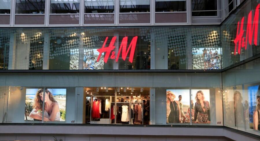 Salget hos den svenske tøjkæde Hennes & Mauritz steg med 4 pct. i tredje kvartal, og selskabet solgte samtidig for mere end ventet, viser en handelsopdatering.