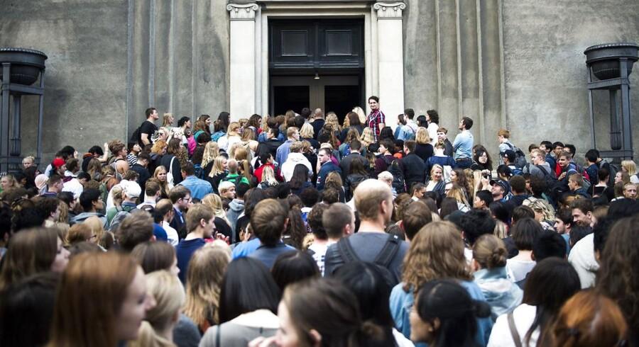 Arkivfoto: De nystartede studerende på Juridisk Fakultet ved Københavns Universitet plejer at starte med en uges introforløb efterfulgt at en uges undervisning, hvorefter de tager på introtur. Introturen er en weekend med teambuilding i dagtimerne og fest i nattetimerne. Festerne har tradition for at være temafester med tilhørende udklædning. Men i år har Det Juridiske Fakultets ledelse modtaget en klage over de valgte temaer til introturens fester. White trash, mexicanere og olympiske lege er nogle af de temaer, som endte med at blive fjernet fra festlighederne. Det har skabt utilfredshed hos Jacob Mchangama, direktør for Justitia.