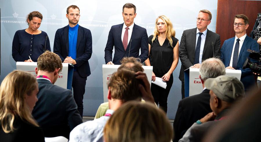 Pressemøde om politisk aftale vedrørende hvidvask og terrorfinansiering. May-Britt Kattrup (LA), Morten Østergaard (R) Erhvervsminister Rasmus Jarlov (K), Lisbeth Bech Poulsen (SF) Morten Bødskov (S) og Torsten Schack Pedersen (V) præsenterer politisk aftale på hvidvaskområdet. Onsdag d. 19. september 2018. (Foto: Nils Meilvang/Scanpix 2018)