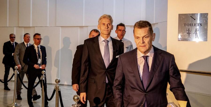 Afgående direktør Thomas Borgen ankommer til pressemøde foran 100 journalister sammen med bestyrelsesformand Ole Andersen. Foto: Søren Bidstrup