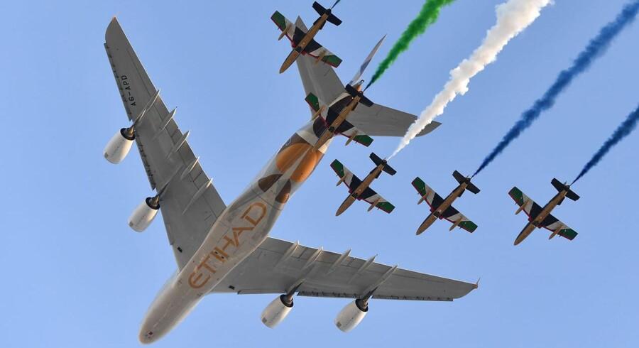 Det Dubai-baserede flyselskab Emirates overvejer ifølge Bloomberg News at købe konkurrenten Etihad, der har hovedsæde i Abu Dhabi. (Arkivfoto: Andrej ISAKOVIC / AFP / Ritzau Scanpix)