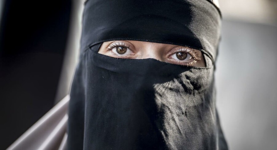 Arkivfoto. Skole afviste at anmelde niqabklædt, der afleverede barn i skolen. Forældre bør kunne ses, mener minister.