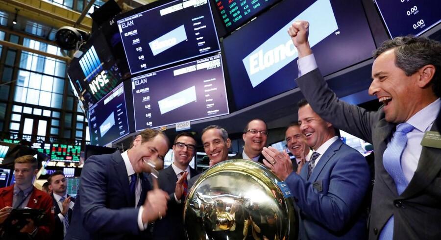 Jeff Simmons, der er adm. direktør i Elanco, markerer selskabets børsdebut med et slag på New York Stock Exchanges klokke torsdag d. 20. september 2018. REUTERS/Brendan McDermid/Ritzau Scanpix