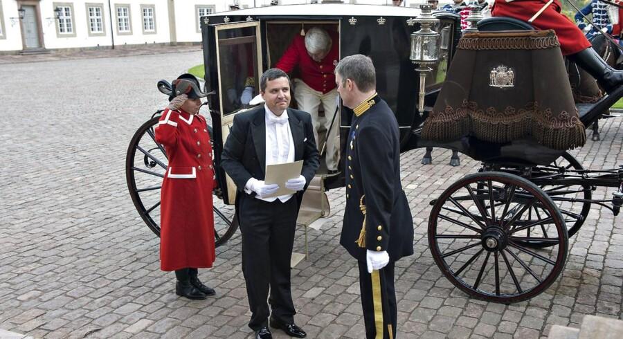 (ARKIV) Kammerherre og Danfoss-ejer Jørgen Mads Clausen (på vej ud af kareten) følger Ambassadør Tone Kajzer, Slovenien, til Dronningen i 2012. I dag er ledsagelse af nyudnævnte ambassadører den eneste formelle pligt, der følger med titlen af Kammerherre.