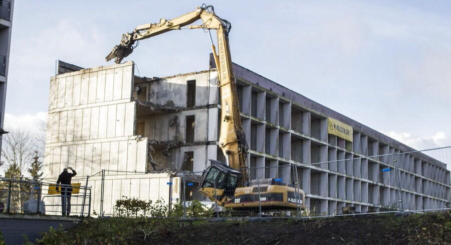 Den første boligblok i Gellerup rives ned i forbindelse med helhedsplanen.