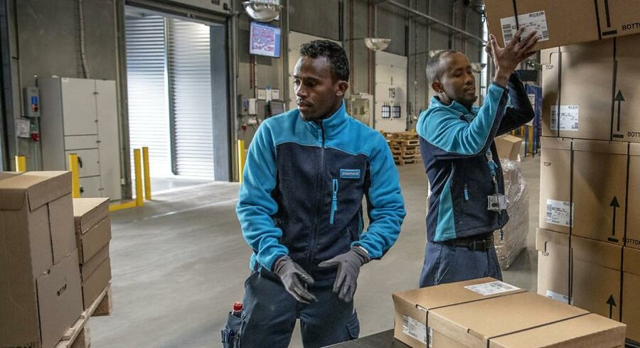 Ilyas Mohamed (th.) er flygtning fra Somalia. Ligesom sin kollega Noor Mohamed (tv.) arbejder han på Postnordi Køge. Foto: Søren Bidstrup