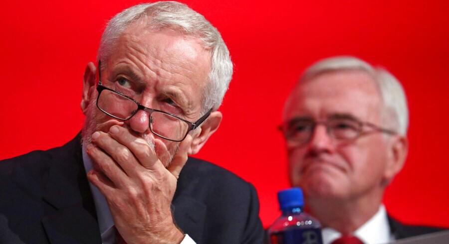 Mange anklagede den britiske oppositionsleder, Jeremy Corbyn, for at forholde sig alt for passiv under den britiske EU-folkeafstemning. Nu er han efter megen tøven gået med til, at Labour skal kræve en ny EU-folkeafstemning, hvis premierminister Theresa Mays Brexit-forhandlinger med EU bliver nedstemt af Underhuset.