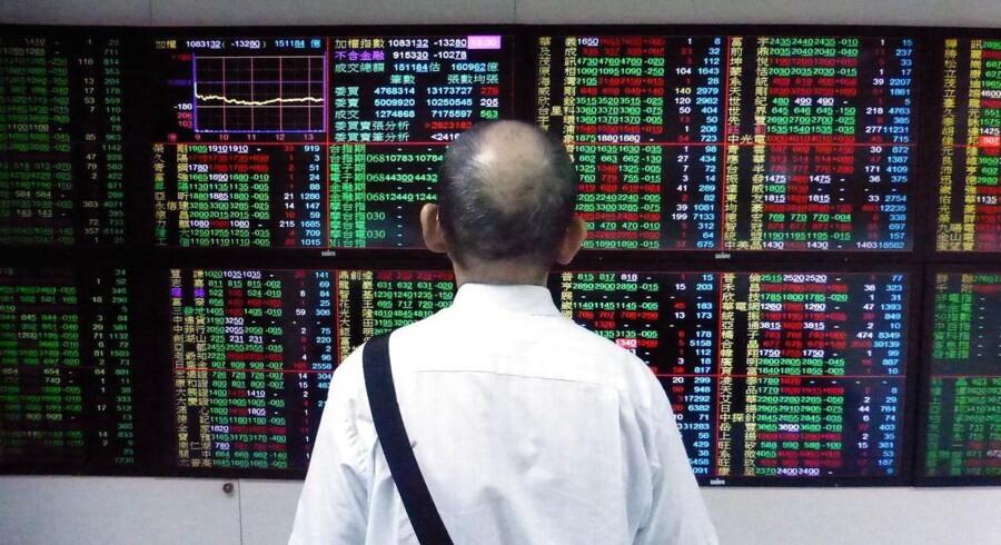 De asiatiske aktiemarkeder uden for Japan har det svært tirsdag efter mandagens helligdag, hvor den nye runde af amerikansk told på kinesiske varer rammer ned i især det kinesiske marked.