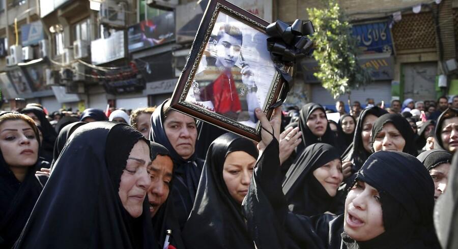 Efterladte til ofrene for lørdagens terrorangreb sørger. Tusindvis af mennesker samledes for at bære kisterne.
