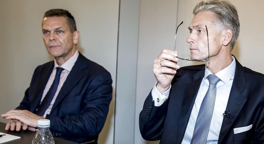 Som landets største kreditinstitut har Danske Bank stor betydning for den danske finansielle sektor. Derfor kan bankens hvidvasksag ramme bredt, advarer Det Systemiske Risikoråd. Danske Banks topchef Thomas F. Borgen (th.) har allerede meldt sin afgang, og formand Ole Andersen (tv.) bliver kun så længe, det er nødvendigt.