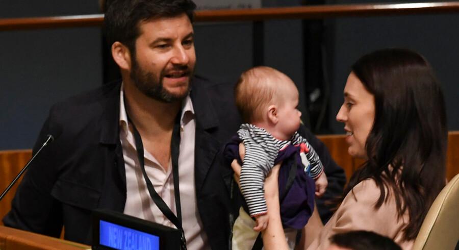 Jacinda Ardern havde sin tre måneder gamle søn med til generalforsamling hos FN i New York. Hun skulle holde tale ved generalforsamlingen, og i den forbindelse havde hun sin partner Clark Gayford til at holde deres fælles søn, Neve, imens.