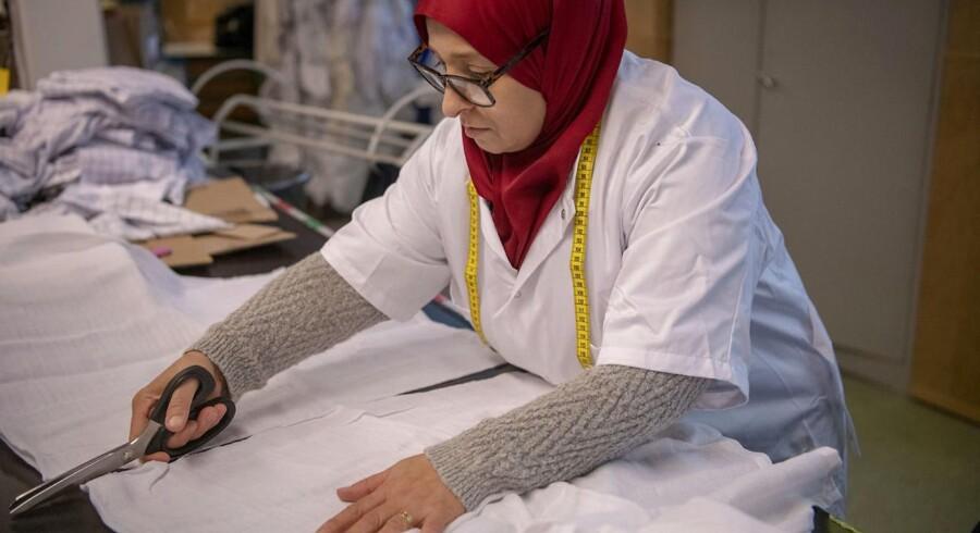Waffa Ghazal er mor til otte børn, hvoraf hun nu bor med de fem i Danmark. Hun kom hertil fra Syrien for lidt over et år siden og drømmer om at arbejde som syerske eller frisør. Her er hun i praktik i sy-afdelingen på De Forenede Dampvaskerier i Skovlunde.