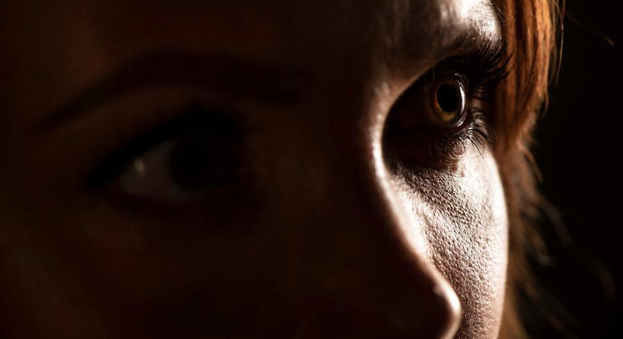 Mai Møller Nielsen er blevet truet af en mand, som bor i hendes ejendom. Hun har også fået hundelort i postkassen og foruroligende SMS-beskeder fra én, som ikke giver sig til kende. Den 31-årige gymnasielærer har grund til at skærme sig af for omverdenen, men hun er magtesløs over for, at enhver gennem gymnasieplatformen Lectio kan få indblik i hendes hverdag på en skole i Nordsjælland.