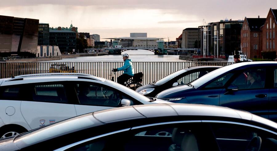 Cykler og biler på vej over Langebro i morgentrafikken i København. Region Hovedstadens BNP kommer især fra serviceerhverv såsom kommunikation, finansiering og erhvervsservice, viser et notat fra Københavns Kommune på baggrund af tal fra Danmarks Statistik.